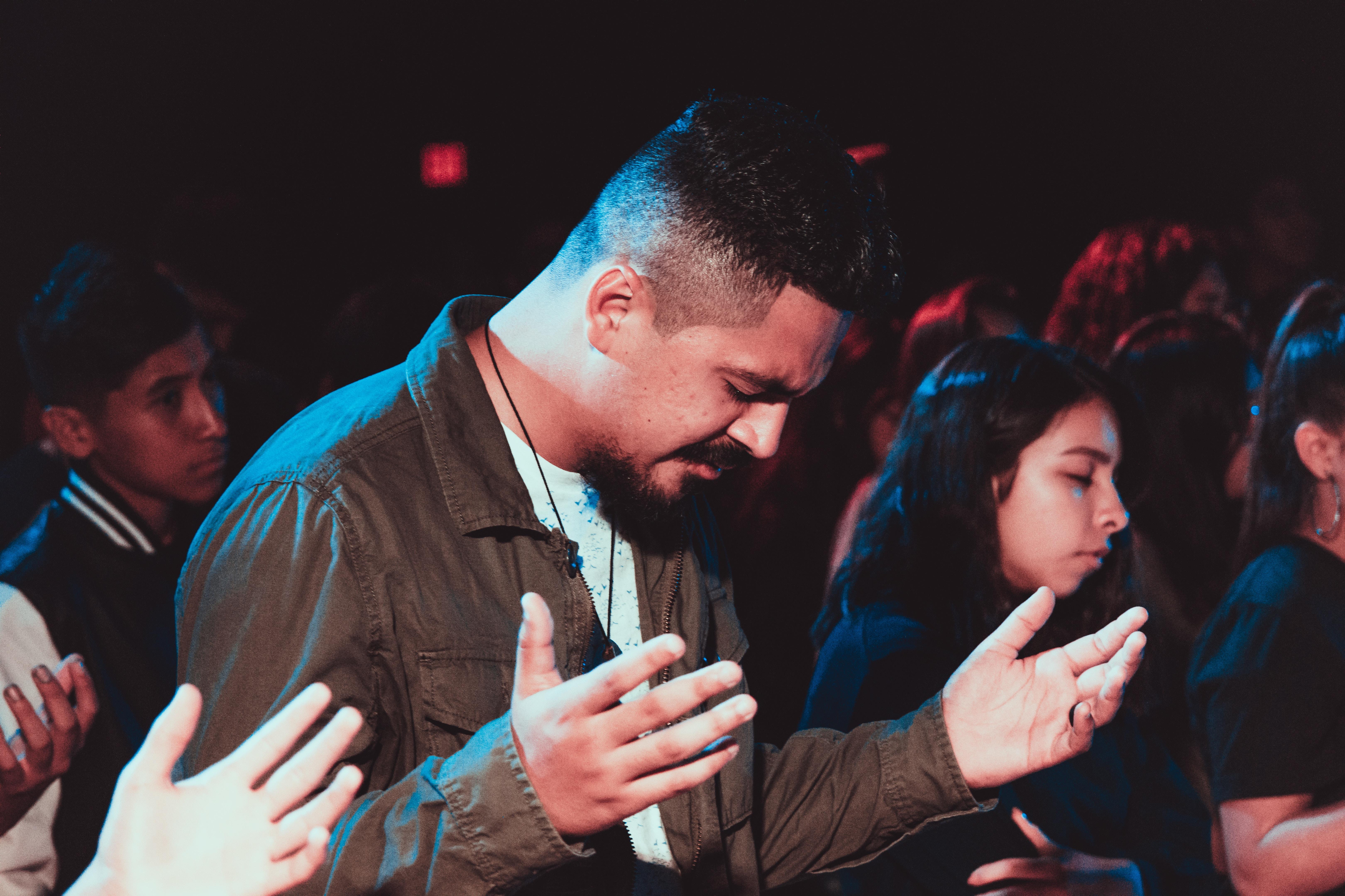 Mann in einer Gruppe am beten